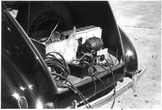 Equipamento de gravação no porta malas do carro de John Lomax