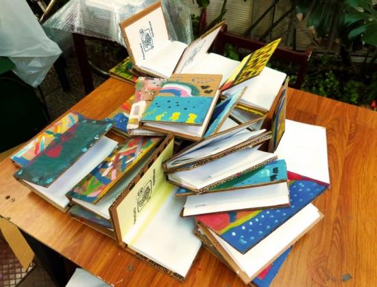 Livros da editora Olga Cartonera, de Santiago, Chile.