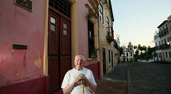 Edson Nery da Fonseca , Escritor , Bibliotecário e Professor Universitário em frente a sua casa em Olinda , Pernambuco